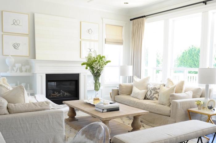 idée deco salon moderne aux accents blancs, beiges et gris, table basse bois clair, cheminée blanche, tapis blanc moelleux