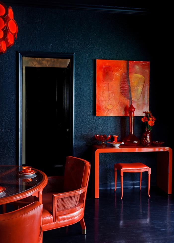 association de couleur, mur couleur bleu foncé, table et chaises rouges, table d appoint et tabouret rouge, parquet noir