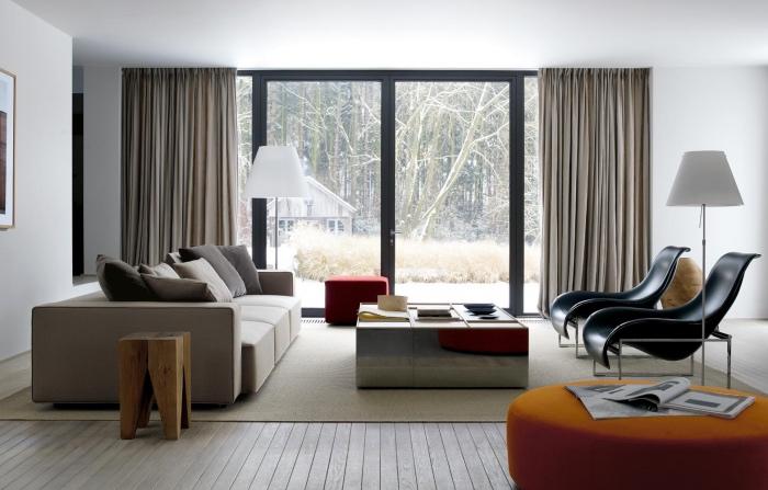 couleur peinture salon blanc, parquet bois, canapé gris, table basse grise, chaises noires, rideaux gris, tabouret orange, tapis beige
