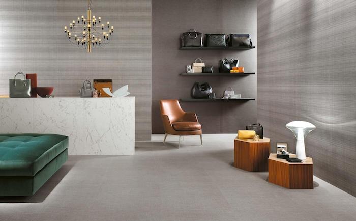 association de couleurs avec le gris perle et meubles marrons