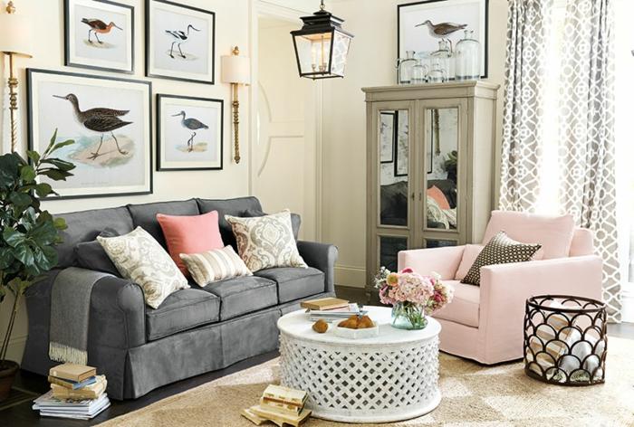 salon gris et rose, peintures oiseaux encadrés, coussins en couleurs claires, sofa gris, fauteuil rose
