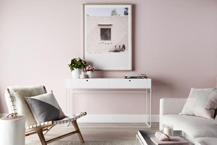 salon gris et rose, mur rose pâle, console blanche, chaise confortable, sofa gris clair