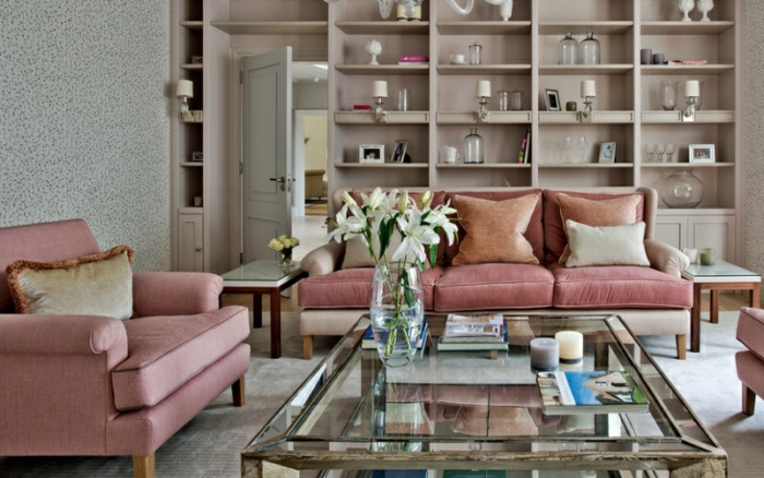salon gris et rose, grande table transparente forme rectangulaire, étagère murale couleur taupe
