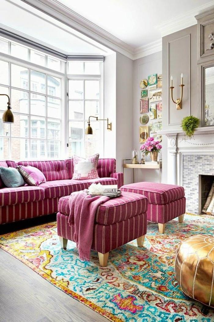 salon gris et rose, grande fenêtre du sol au plafonsd, tabourets roses à rayures blanches, pouf cuivré