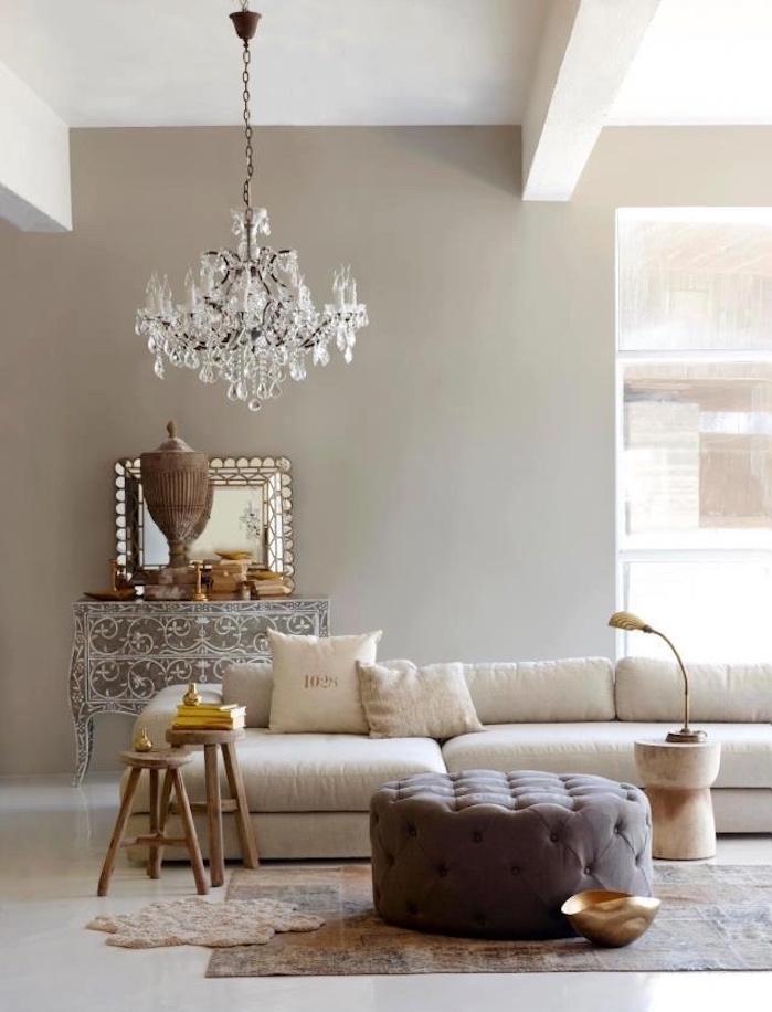 idee deco salon taupe gris clair et meubles marrons