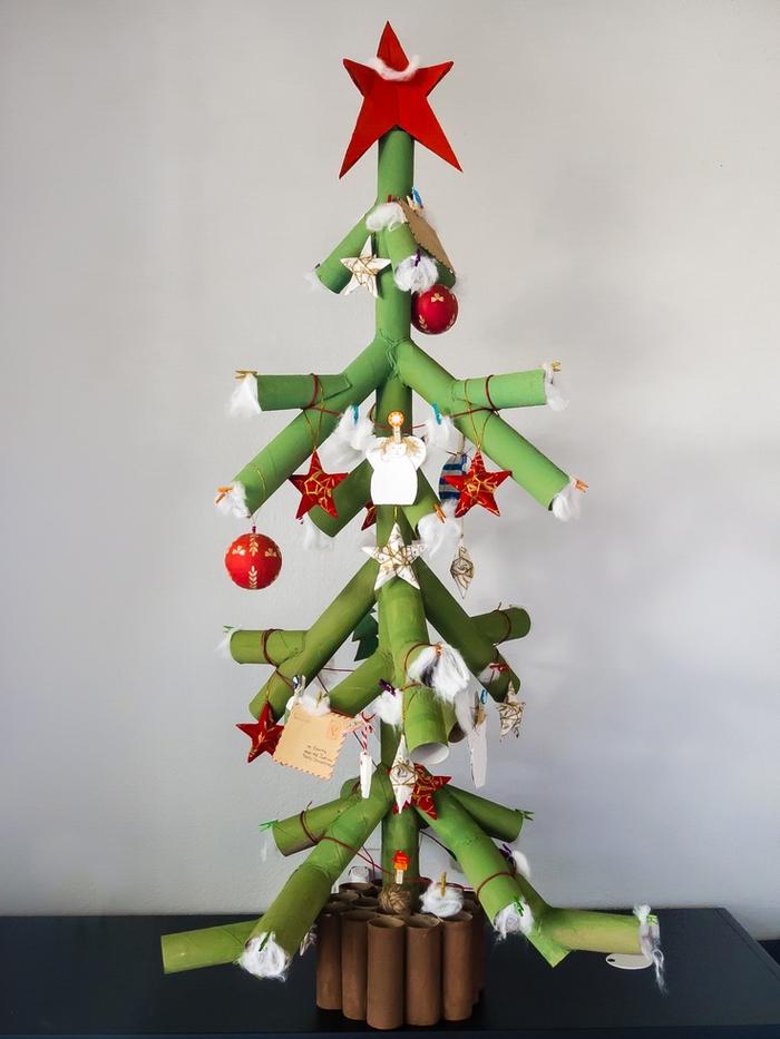 idée géniale pour un diy deco recup pour les fêtes de fin d'année, sapin de noël en rouleaux papier récupérés