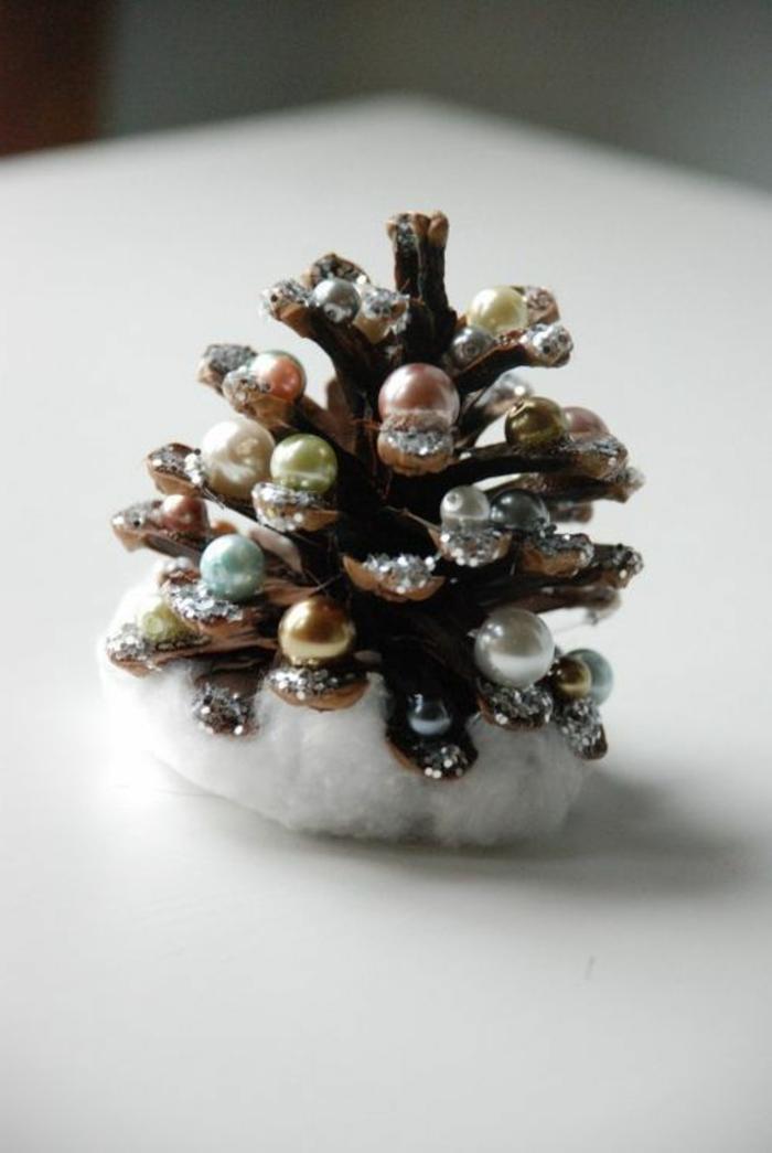 sapin en pomme de pin, sapin de Noel festif fait à partir de matériaux originaux