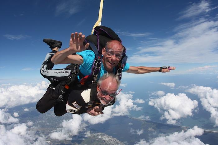 idée quelle cadeau fête des grands pères offrir à son papy, saute en parachute, expérience à couper le souffle