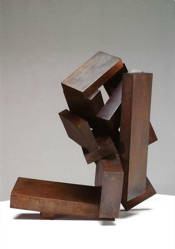 statue moderne design en fer rouile abstrait