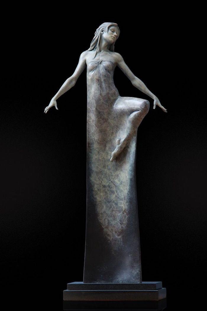 sculpture art contemporaine statue oeuvre moderne femme longue