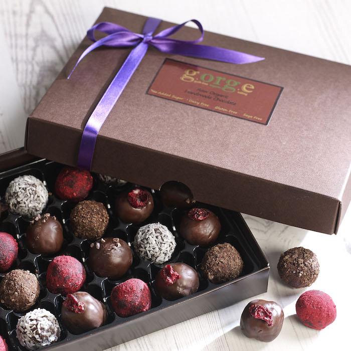 idée de boîte à chocolats avec des bombons assortis avec des saveurs diverses, bonne fete papy, cadeau gourmand