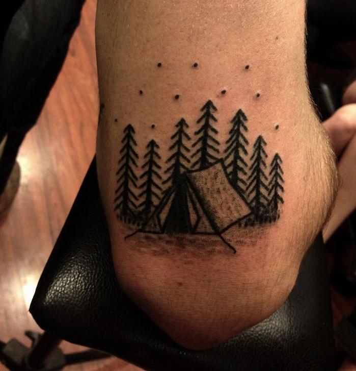 idée tatouage original coude homme foret tente