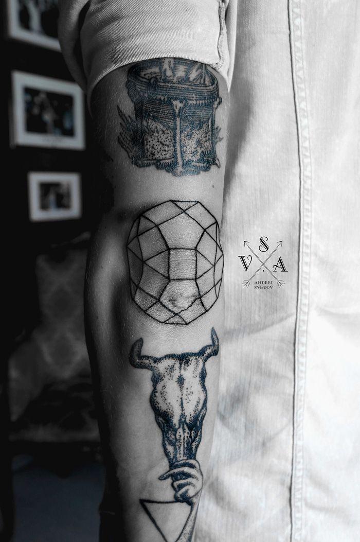 tatouage coude geometrique homme minimaliste