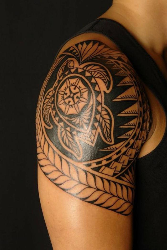 tatouage tortue maorie signification, tatouage épaule, tortue au sein d'une grande figure géométrique