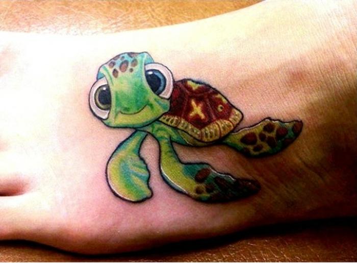 signification tatouage, petite tortue originale sur le pied, design des tatouage animal