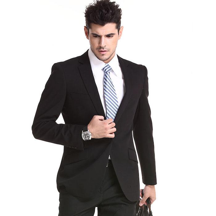 tendance de mode, coupe de cheveux homme avec volume sur le haut, sac à main en cuir noir