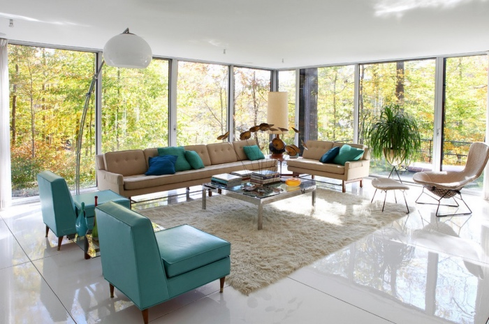canapés et chaise beige, tapis blanc moelleux, revêtement sol et murs blanc, table basse design, fauteuils bleus