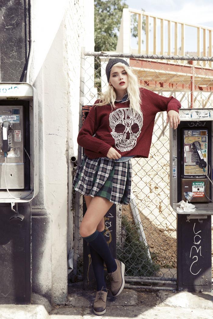look grunge, femme aux cheveux blondes et longs, bonnet en crochet gris, jupe patineuse carreaux en vert blanc et noir