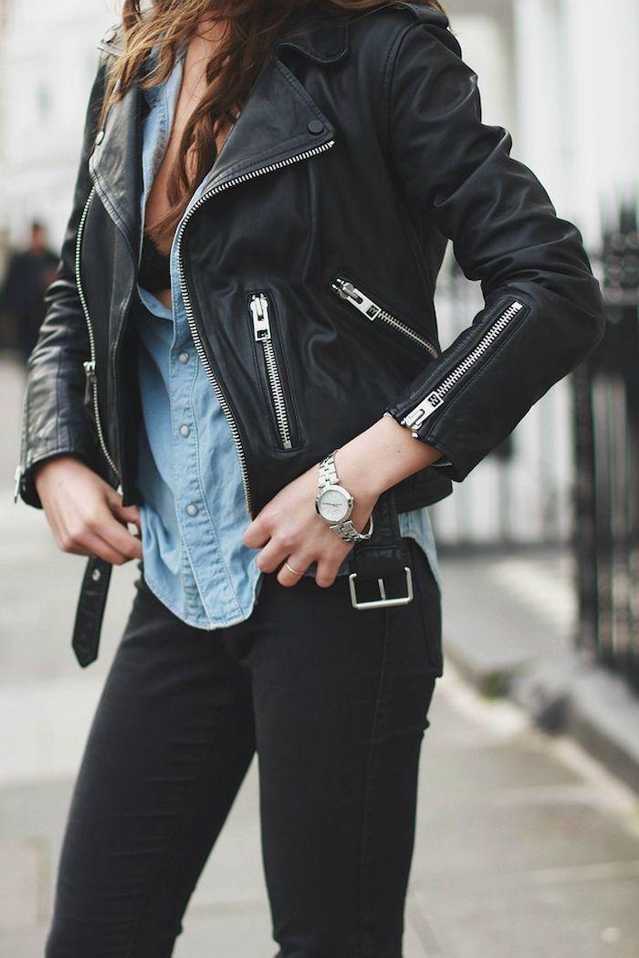 tendances de mode, coiffure cheveux détachés et bouclés, pantalon et veste en cuir noir