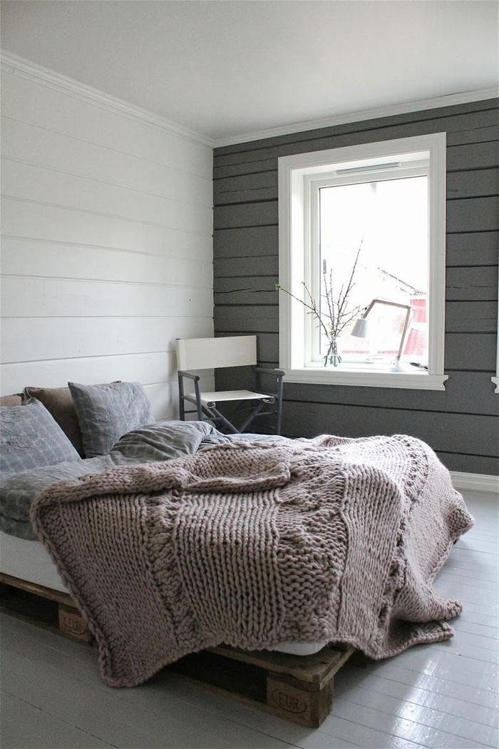 une chambre à coucher en gris et taupe de de style scandinave épuré avec un lit palette bois