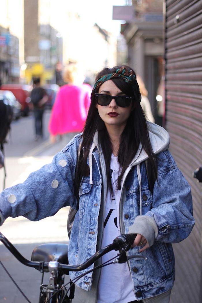 coiffure cheveux détachés avec accessoire, sweatshirt en denim et tissu gris modèle loose