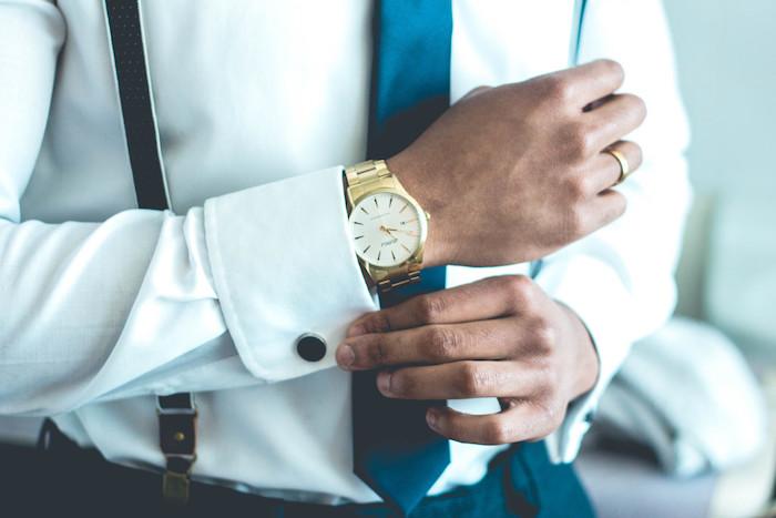 comment s habiller, conseils beauté pour homme, pantalon noir et chemise blanche avec bretelles noires