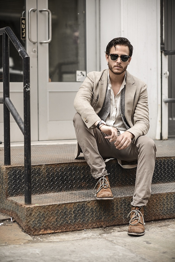 paire de lunettes de soleil noires pour homme, tenue en beige pour un look business casual