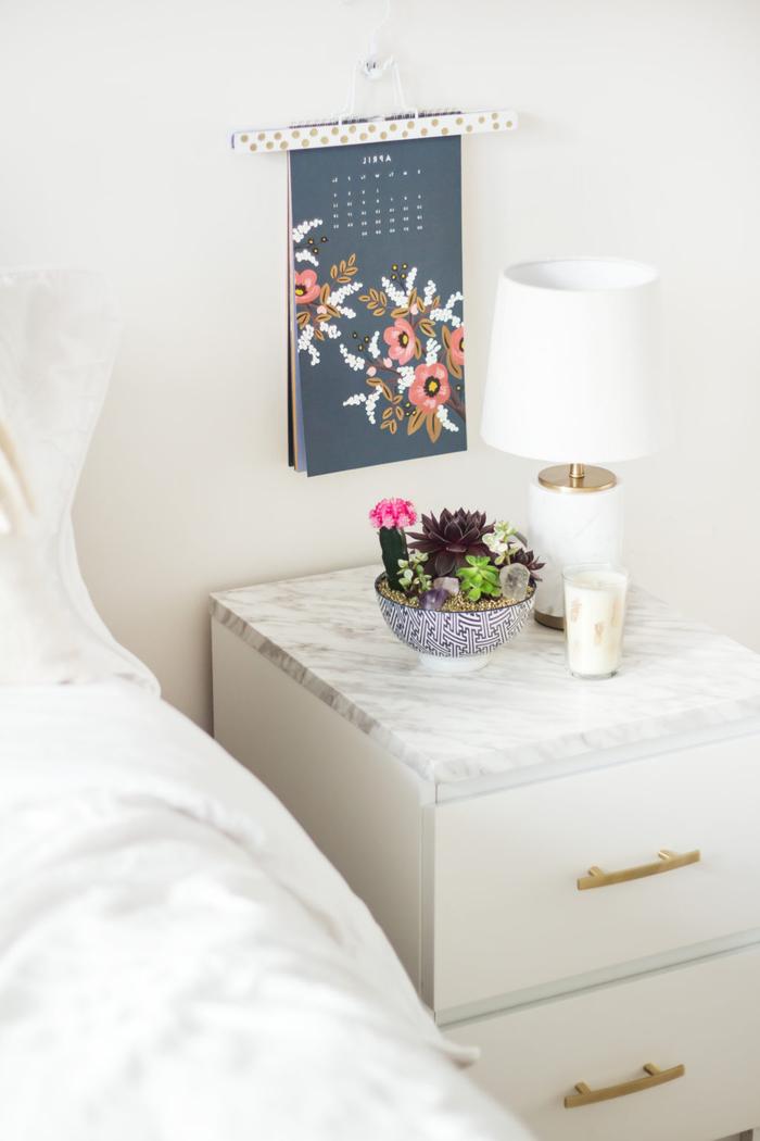idée pour un relooking meuble sans peinture, une table de chevet en blanc et doré revêtue d'adhésif motif marbre