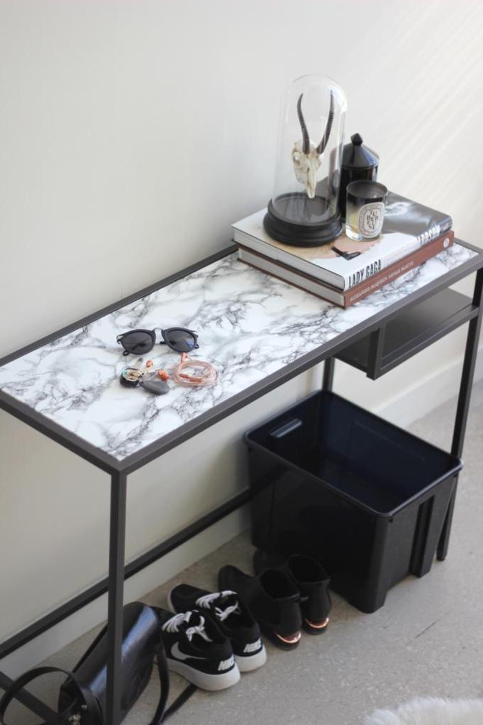 comment relooker un meuble ikea, table rectangulaire métallique transformée en console pour l entrée à effet marbre