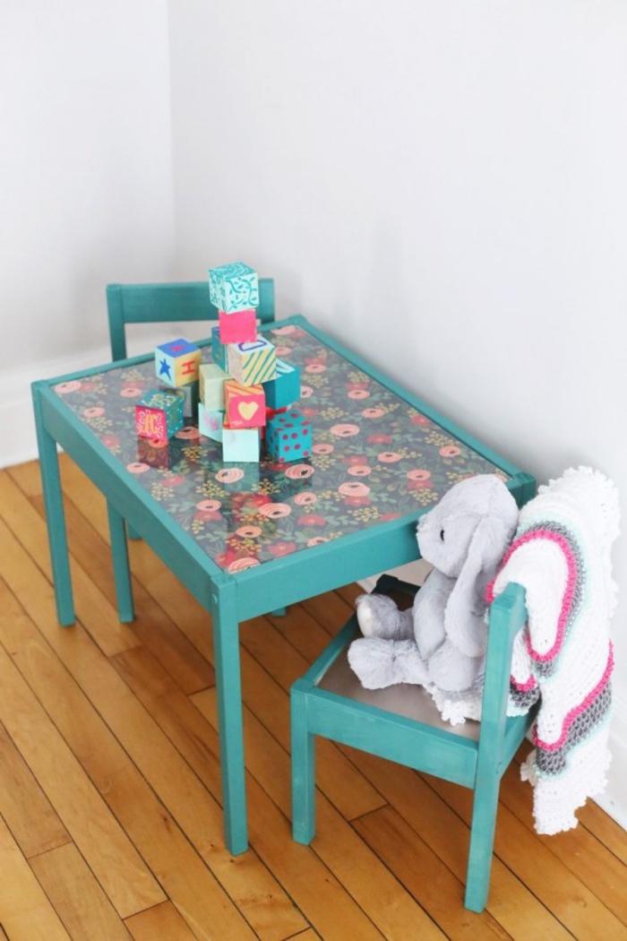 comment relooker un meuble avec de la peinture et de papier adhésif, une table d'enfant repeinte en vert et personnalisée avec du papier peint motif floral