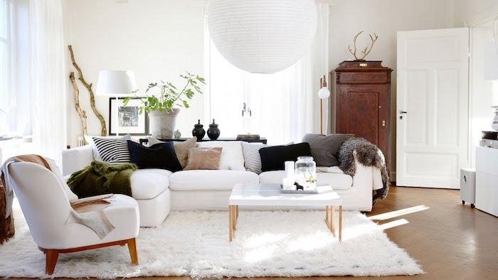 tapis cocooning dan sun salon, canapé, chaise et tapis blanc, coussins marron, blanc, noir, gris, jeté de fausse fourrure, tapis cocooning, armoire vintage
