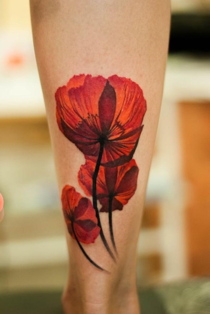 fleur coquelicot rouge comme tatouage mollet couleurs, idée de tatouage coquelicot mollet