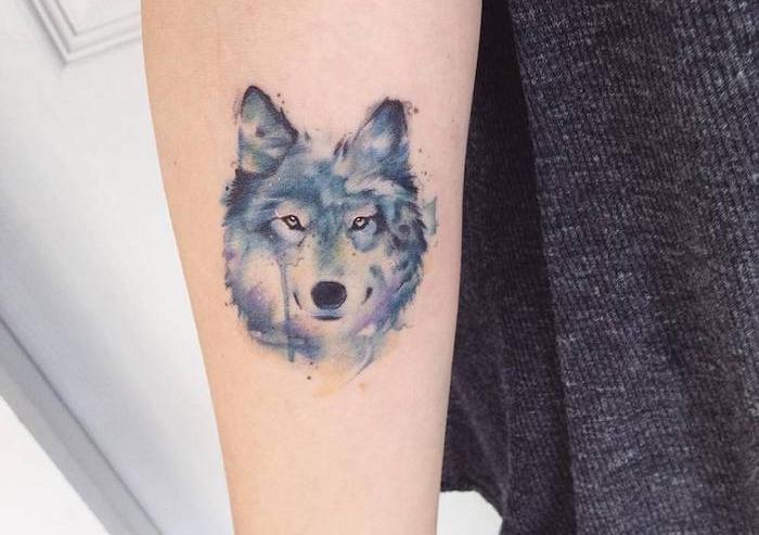 tatouage aquarelle, petit dessin en couleurs sur le bras, idée tatouage pour filles