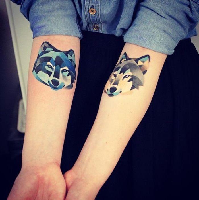 tatouage bras femme, jupe noire avec chemise en denim, tatouage en couleurs à dessin loup