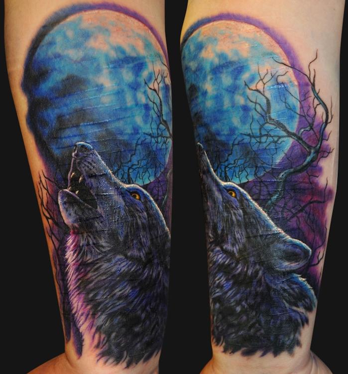 tatouage avant bras, paysage nocturne avec tête de loup hurlant et lune bleue