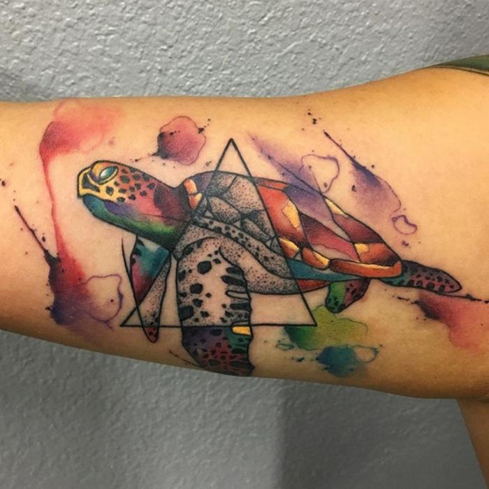 tatouage bras homme, tortue design fantastique et triangle noir, aquarelles jolies