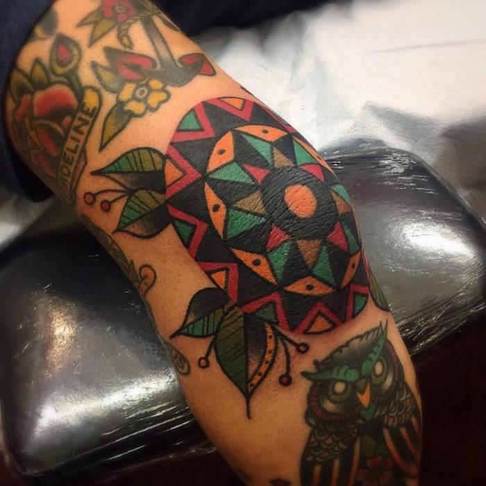 tatouage de coude style vintage geometrique au bras