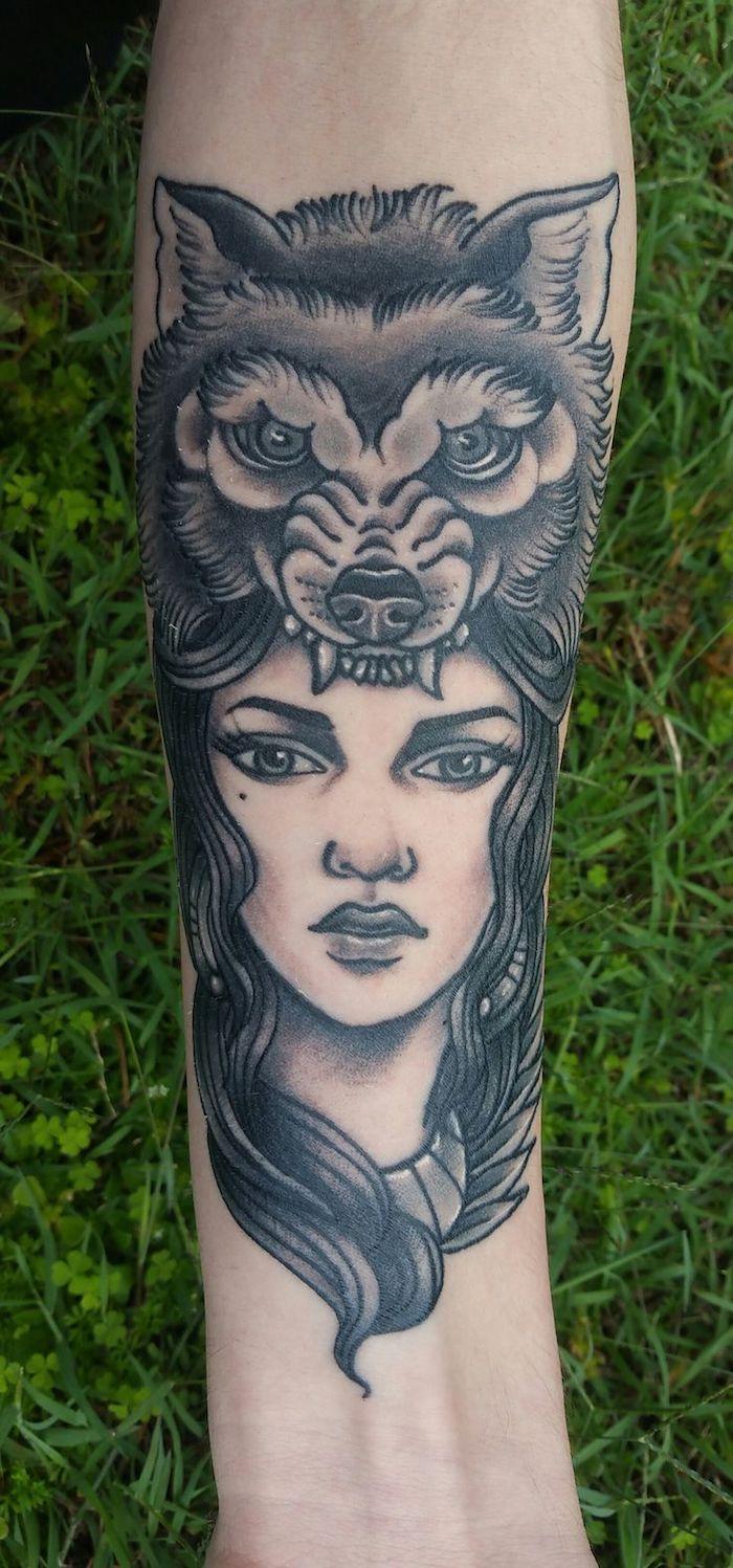 dessin tatouage, art corporel en encre avec visage féminin et tête de loup sur le bras