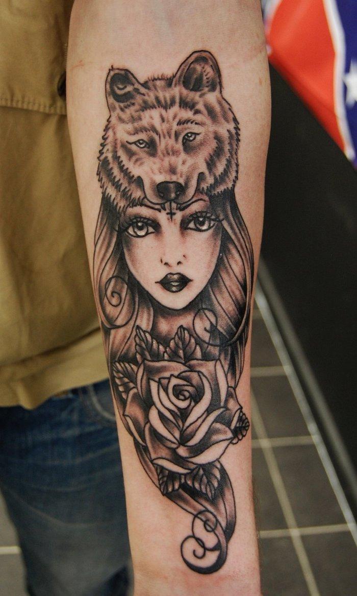 idée tatouage, paire de jeans et débardeur jaune moutarde, dessin en encre à motif femme loup