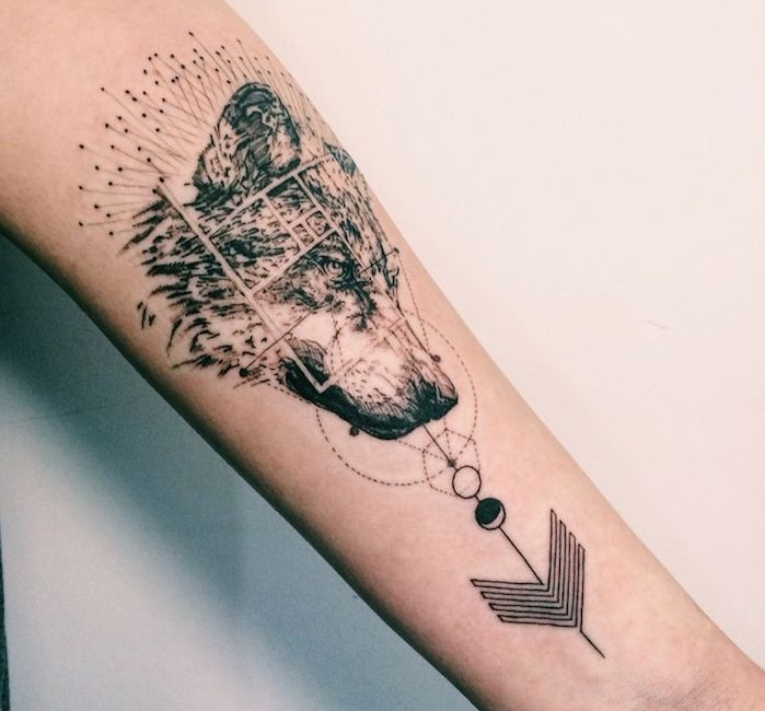 tatouage tete de loup, art corporel en encre sur le bras, motifs géométriques et tête de loup