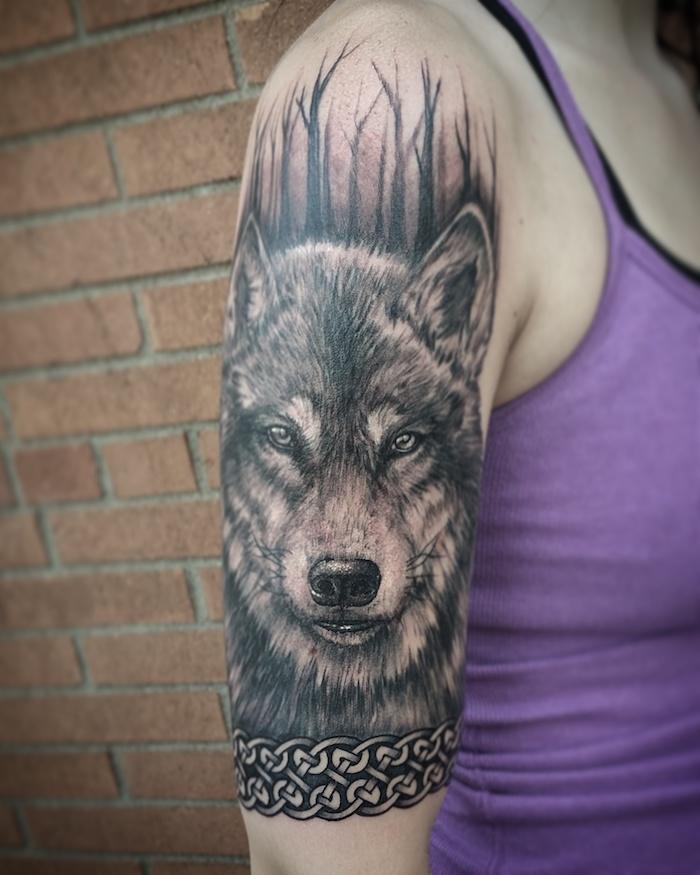 signification tatouage, art corporel en encre pour femme, tattoo à design loup sur le bras
