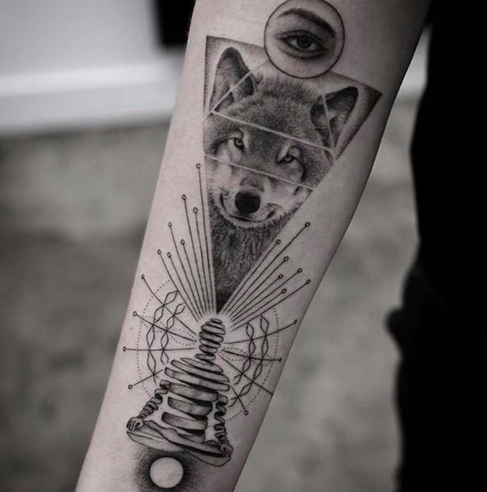 signification tatouage, dessin sur le bras à motifs zen, tatouage tête de loup dans un triangle