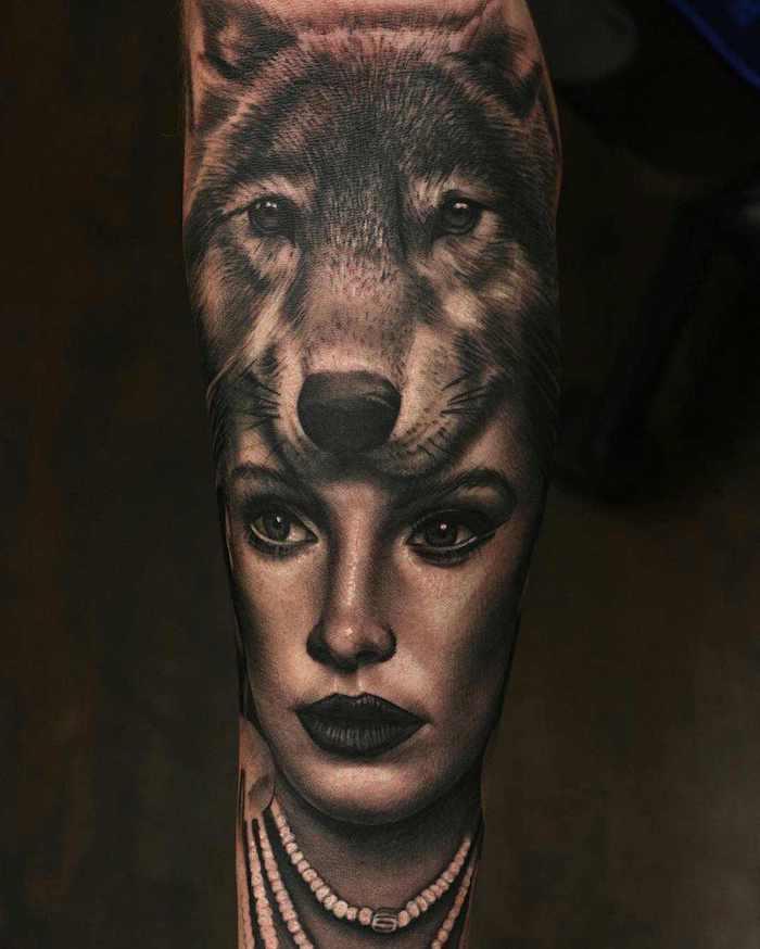 symbole tatouage, dessin en encre sur la jambe au visage féminin et tête de lion
