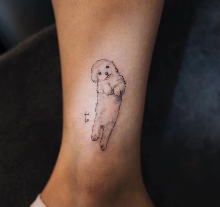 art corporel pour femme, amour pour les animaux, dessin en encre chien mignon, tatouage adorable sur la cheville