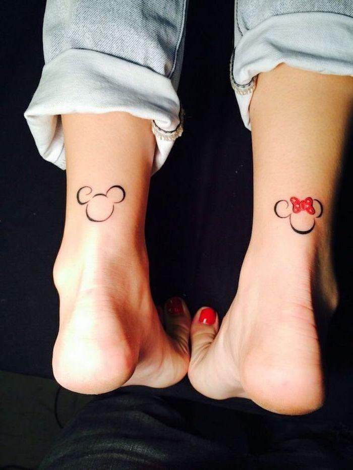 idée tatouage, paire de jeans claires pour femme, dessin sur les pieds à design animé, tatouage mickey mouse