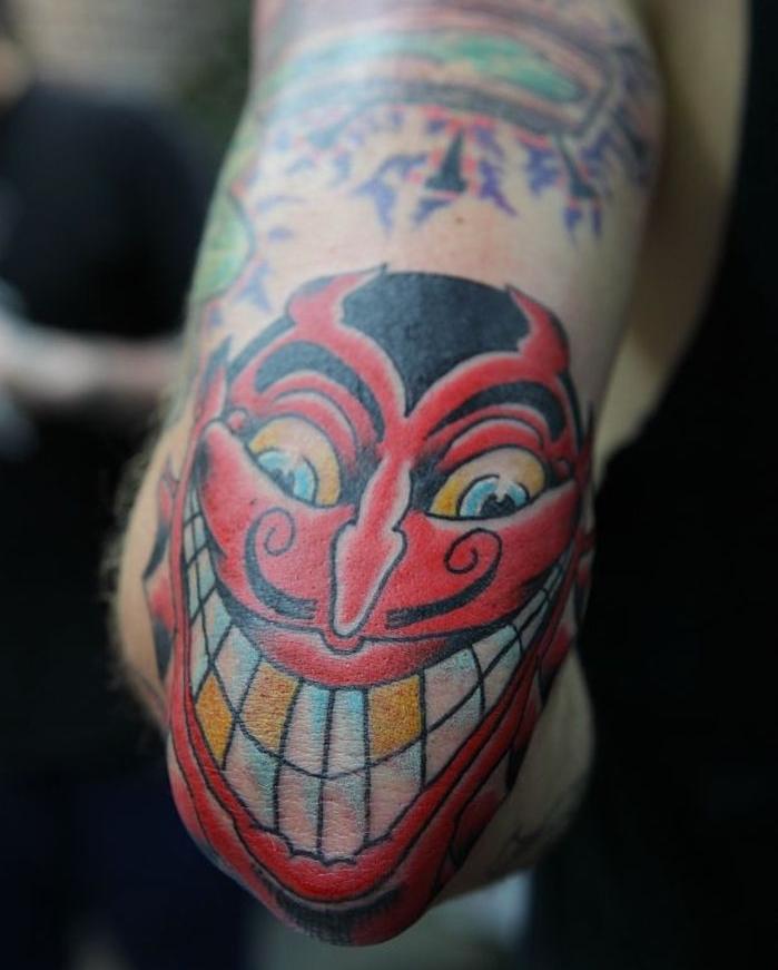 tatouage toile d araignée coude homme et femme tete demon