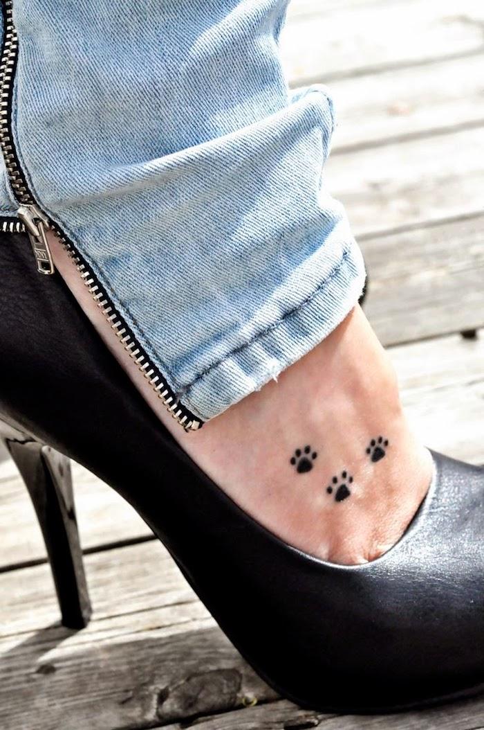 idée tatouage sexy pour femme, petits pas d'animaux sur le pied, chaussures noires à talons hauts
