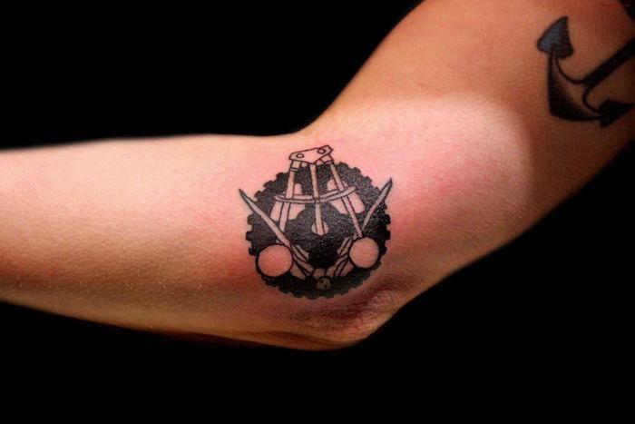 idees pour tattoo de bras cote du coude noir