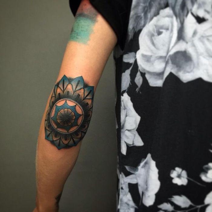 tattoo coude mandala fleur de lotus bleu sur le coude