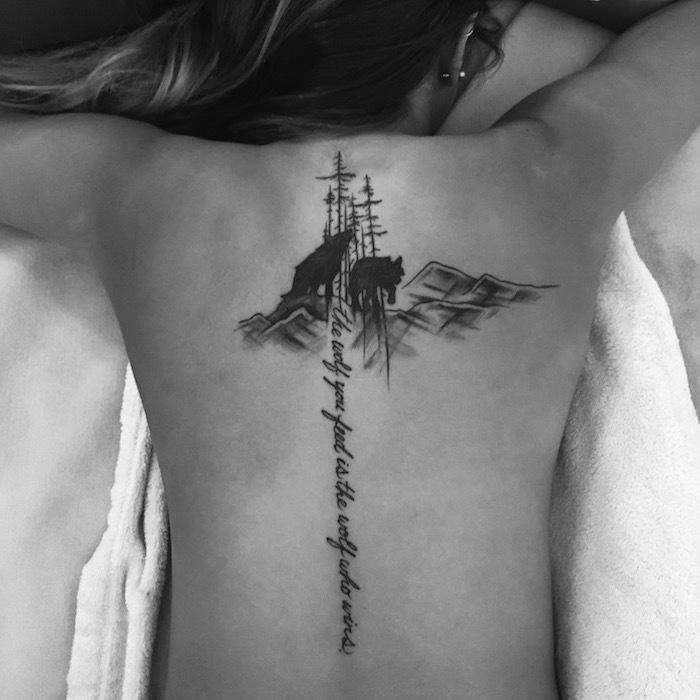 symbole tatouage, femme aux cheveux balayage, piercing oreille pour femme, art corporel en ancre avec loup